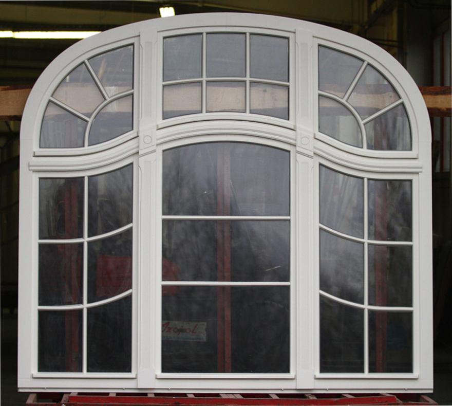 Odtworzone, stylizowane okno zabytkowe